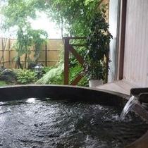 総檜露天風呂の遠方に猪苗代湖が・・・。