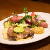 イベリコ豚のグリエ、島豚ソーセージの盛合せとパン2種
