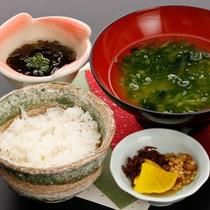 <お食事一例>棚田米に、アオサやモズク、地産の蔵出し味噌と南島原の恵みが満載!
