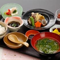<お食事一例>お米にお味噌、海藻類なども地産にこだわったお食事をご用意いたします。