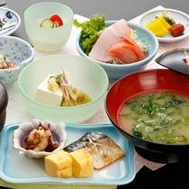 <朝食一例>地元の蔵出し味噌ととれたてのあおさやワカメのお味噌汁は絶品!