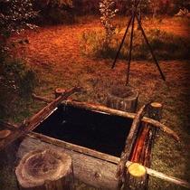 グランピングのテント横には【足湯】(時間制の温泉フットバス)も登場!