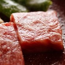 ボリュームたっぷりの牛肉の陶板焼きをご堪能下さい。