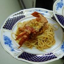夕食・洋食フルコースのメイン伊勢海老パスタはバリラパスタを使用
