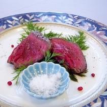 夕食・オードブルは自家製ローストビーフ3種の塩添えなどの盛り合わせ