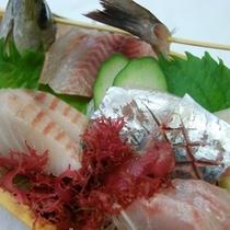 夕食・プラン付きの刺身小舟盛り(イサキや鯵の姿造り、金目鯛やカンパチなど地の新鮮刺身)