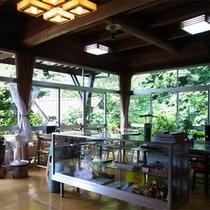 *【食堂】お食事は美しい山の緑を眺めながらご堪能下さい。