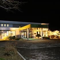 *【外観/夜】JR標茶駅から徒歩10分。釧路市内から車で60分の立地にあります。