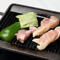 *【夕食一例】焼肉は鉄板で焼いてお召し上がりください。お好みの焼き加減でどうぞ。