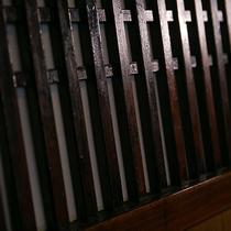 【お部屋】150年以上の時を過ごしてきた板戸。随所に使用された古材が、懐かしさを感じさせます。