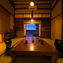 【梅の間】3.4mの高い天井と、どこか懐かしくも贅沢な空間。心から安らげるお部屋をご用意しました。