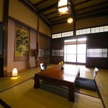 【松の間】田舎のおばあちゃんの家に来たような優しいお部屋。3.4mの天井高も古民家ならではです。