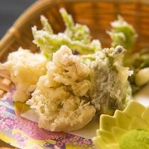 【お料理】フキノトウ、タラの芽、山ウドなど、季節の山菜を香り高く天ぷらでお届けします。