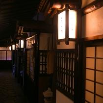 【館内施設】まるで歴史ある古民家に迷い込むような、お部屋の入口。あなたを非日常へといざないます。