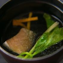 【お料理】ここでしか食べられない旬の川魚の旨味を、あら汁にぎゅっと凝縮しました。