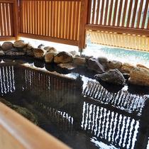 【婦人岩石露天風呂】源泉掛け流し、摺上川を望む岩露天風呂。川の流れに気持が安らぎます