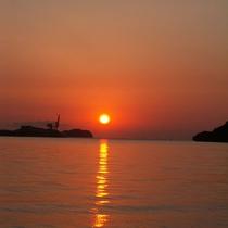 橘湾に沈む美しい朝日。