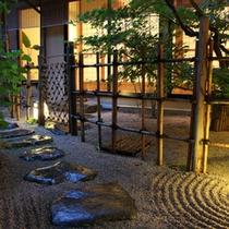■館内/夕暮れのお庭