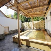 *【露天(男湯)】露天風呂でも嵐山温泉のお湯をお愉しみいただけます。