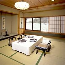 *【和室10帖一例】嵐山旅情を満喫させてくれる川側のお部屋です。