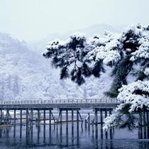 *雪が積もる冬の嵐山はまた違った趣があります。