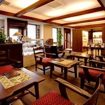 【ラウンジ】パティシエ特製のケーキやホテル厳選の紅茶をどうぞ。