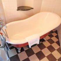 【客室/オリエンタル】赤を基調にしたインテリアが特徴で、 赤の猫足バスタブはこの部屋だけ。