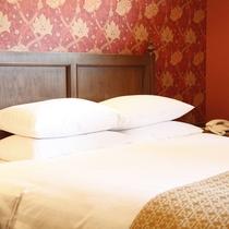 【客室/デラックスダブル】真っ白なリネンが心地良い広々としたベッドに、モダンな設え