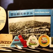 【ロビー】創業時から大切に保管されているパンフレットなどが展示されています。