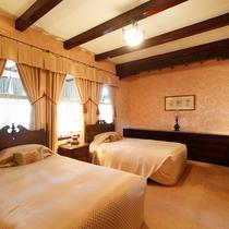 【客室/特別室】雰囲気は建設当時と変わらぬ威厳を持つお部屋。