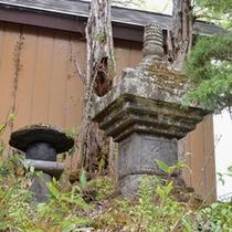 *自然豊かな戸隠に佇む当館。手入れの行き届いた庭園には、俳人・小林一茶句碑がございます。
