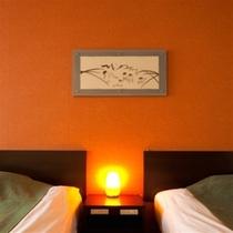 【客室】南欧風のお部屋にちょっとアクセント。壁の絵は当グループ『湯布院はな村』女将の作品です。