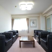 *【本館客室】大きなソファも入るほどの広さです。