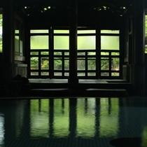 ◇ザ・クラシック!よろづや本館の【桃山風呂】中から外の緑