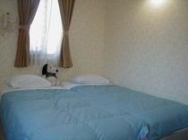 洋室は、ベッド2つを合わせ壁際に寄せてご用意致します。