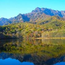 *【周辺】鏡池の湖面に映える紅葉の景色は、まさに絶景です。