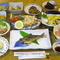 *【夕食全体例】敷地内の養殖池で育てた川魚や自家菜園で育てた野菜を使った料理をご提供いたします。