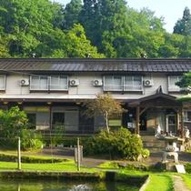 *【外観】黒姫高原の清らかな水と森から生まれる澄んだ空気に包まれた当館へようこそ。