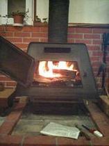 暖かい暖炉がお出迎え