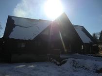 新雪の管理棟