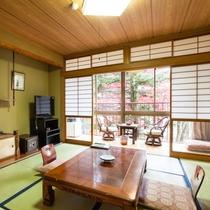 四季の風景を眺める落ち着いた雰囲気の和室