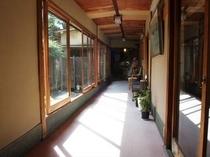 別館に通じる廊下