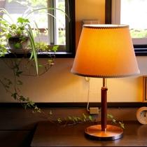 窓際のアイビーと照明