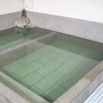 【お風呂】やや熱めとややぬるめの2種類の湯船があります