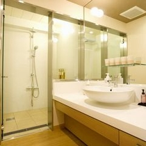 【千鳥】多機能シャワーブースと大きな鏡のパウダースペースを備えます。