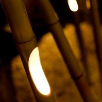 夜は竹のオブジェと間接照明が幻想的な空間を演出しています。