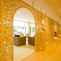 エントランスをくぐると、別府竹細工で出来たパーテーションがお出迎え。