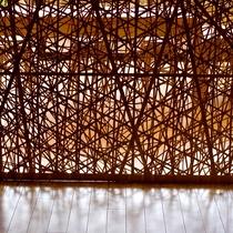 1万本以上の竹ひごを使用して「やたら編み」という技法を用いて編んでいます。