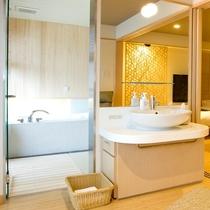 【特別室】バスルームの前にも洗面台を設置。2ヶ所あるので朝の身支度もお待たせしません。
