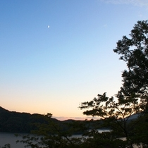 月と野尻湖
